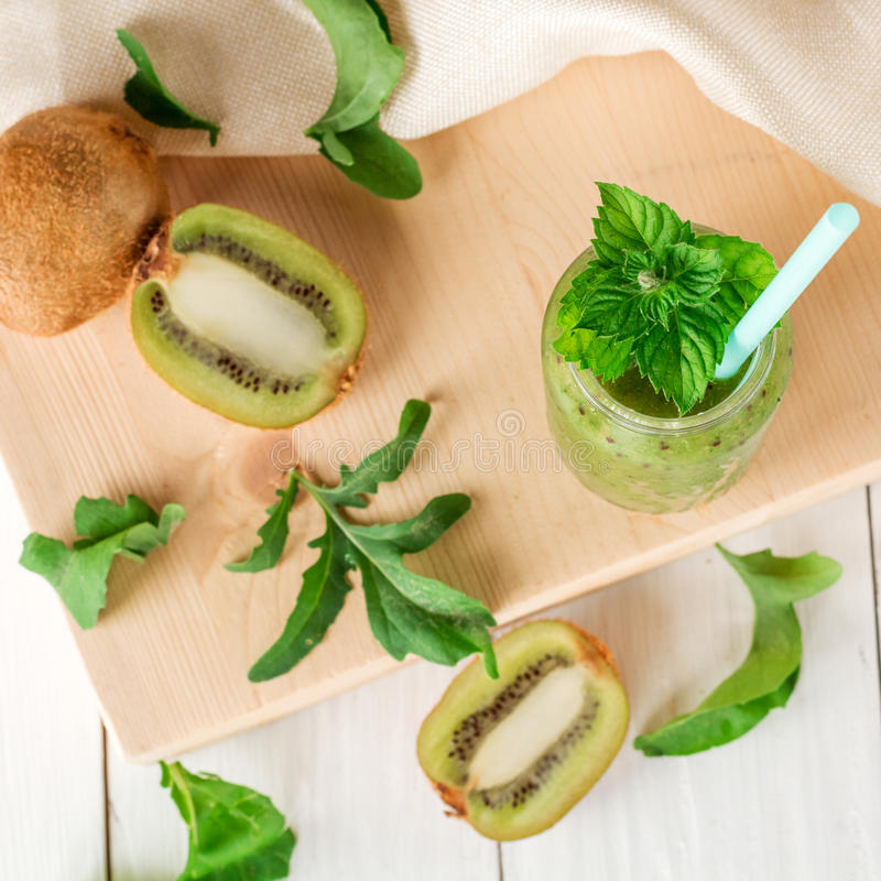 Smoothies de fruits et légumes hors de kiwi, arugula image stock