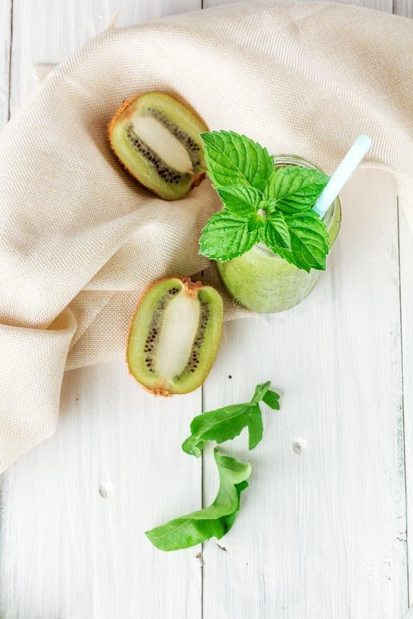 Smoothies de fruits et légumes hors de kiwi, arugula images stock