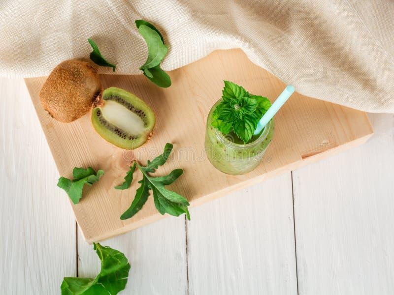 Smoothies de fruits et légumes hors de kiwi, arugula photographie stock libre de droits
