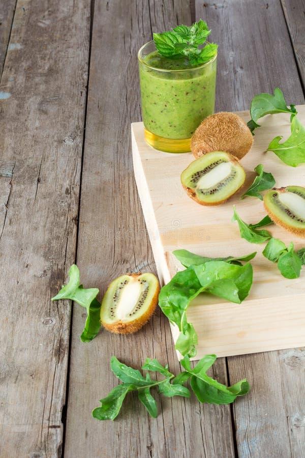 Smoothies de fruits et légumes, ingrédients pour sa préparation photographie stock