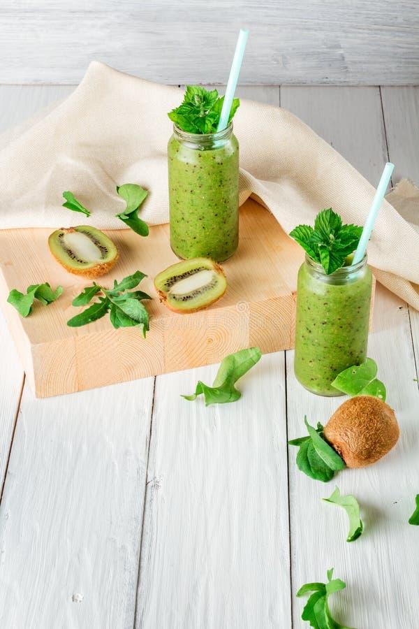 Smoothies de fruits et légumes, ingrédients pour sa préparation photo libre de droits