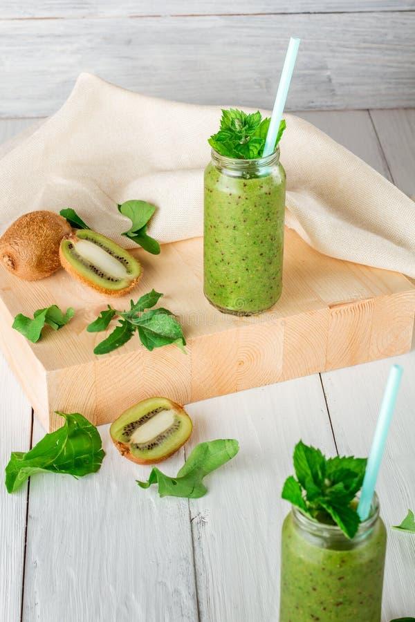 Smoothies de fruits et légumes, ingrédients pour sa préparation images stock