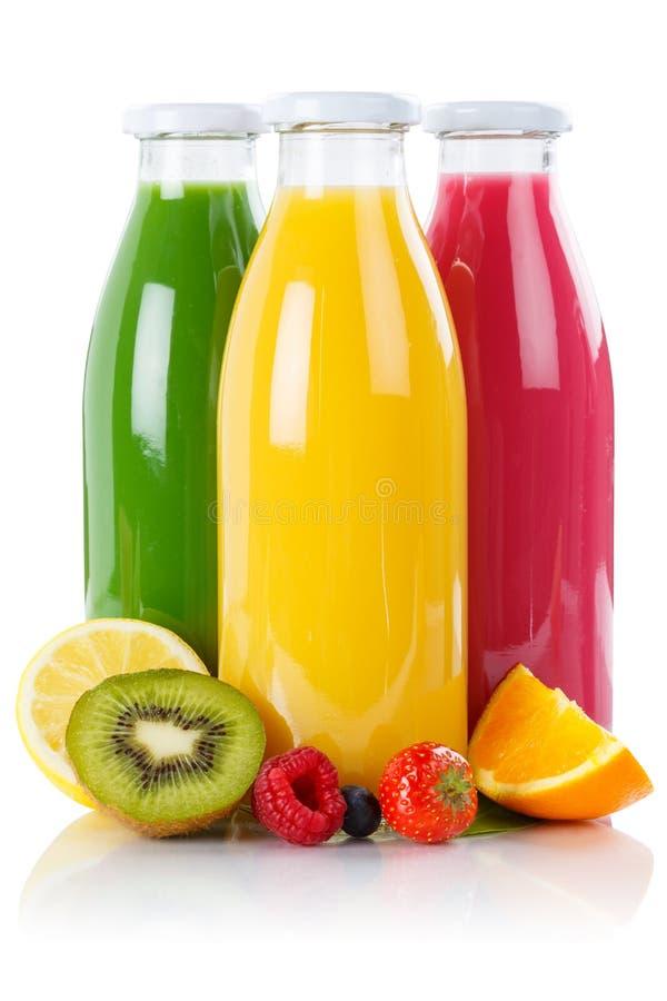 Smoothies de fruits de smoothie de jus de fruit dans l'isolat vertical de bouteille image libre de droits