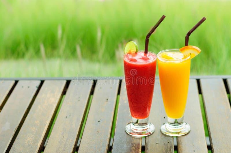 Smoothies de la fresa y smoothies del mango foto de archivo libre de regalías