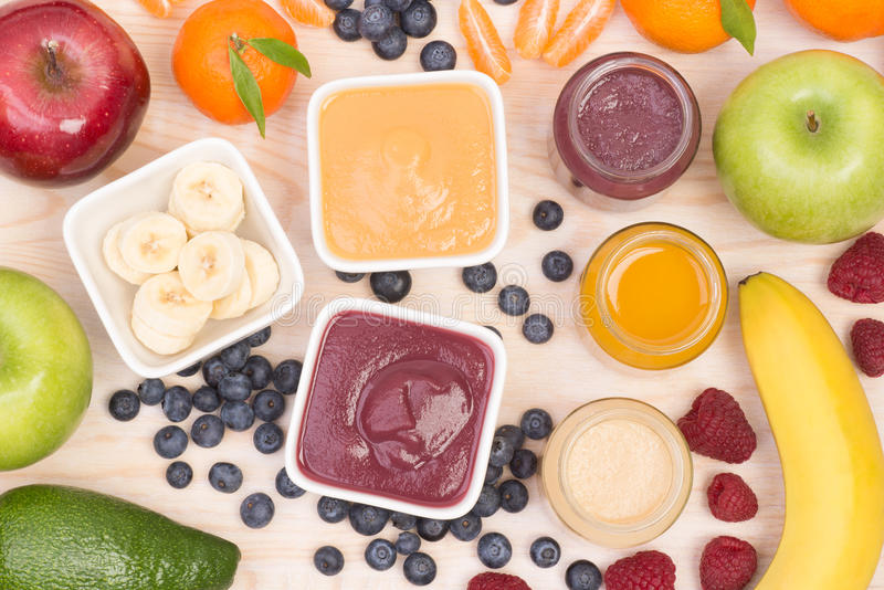 Smoothies de la fruta para un bebé, visión superior foto de archivo