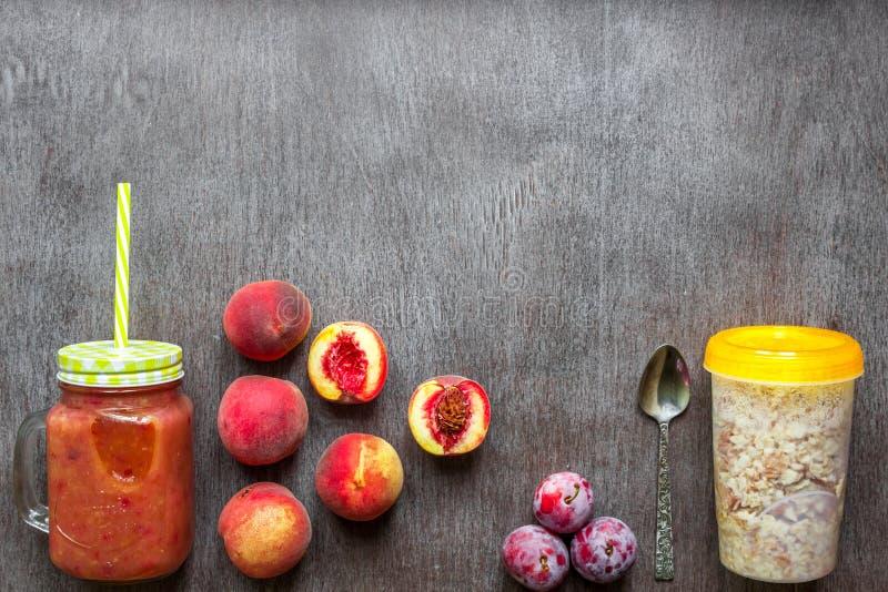 Smoothies de la fruta Smoothie del melocotón y del ciruelo Melocotón, ciruelo y harina de avena Desayuno delicioso y sano foto de archivo