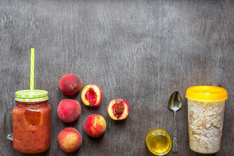 Smoothies de la fruta Smoothie del melocotón Melocotón y harina de avena Desayuno delicioso y sano imagen de archivo