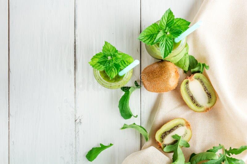 Smoothies de la fruta y verdura fuera del kiwi, arugula imagenes de archivo