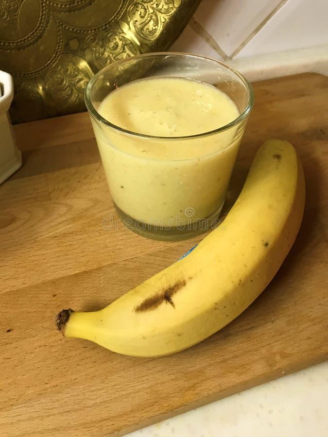 Smoothies de Tropicana avec l'ananas, la banane et la chaux dans le lait de noix de coco image libre de droits