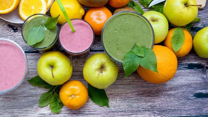 Smoothies et fruit végétaux de vitamine sur la table photos libres de droits
