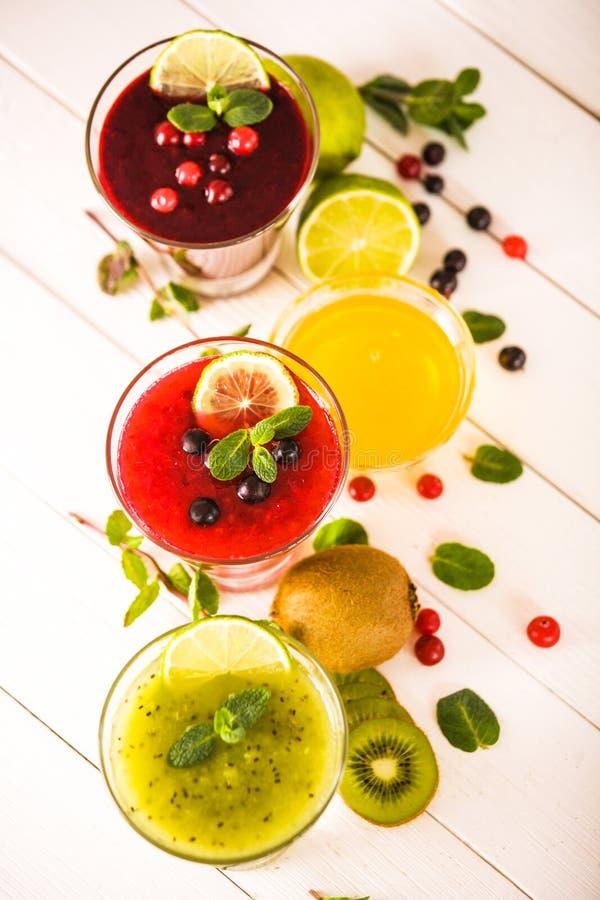 Smoothies frais de baie et de fruit image stock