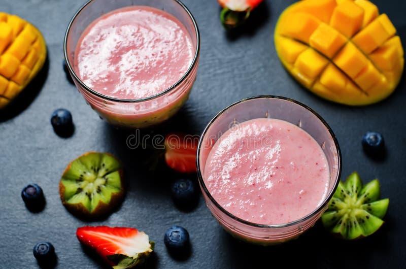 Smoothies grecs de yaourt de banane de kiwi de fraise de mangue de myrtille photos libres de droits