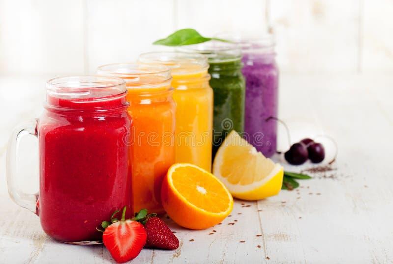 Smoothies, jus, boissons, variété de boissons avec des fruits frais et baies photo stock