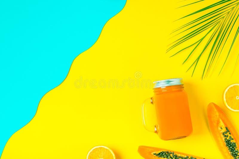 Smoothies koktajl, sok na jaskrawym pastelowym tle/ zdjęcie royalty free