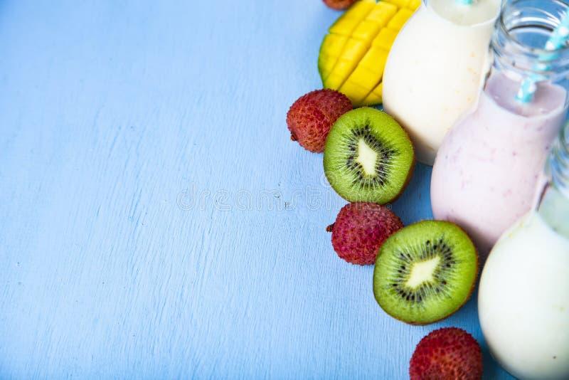 Smoothies med tropiska frukter royaltyfria bilder
