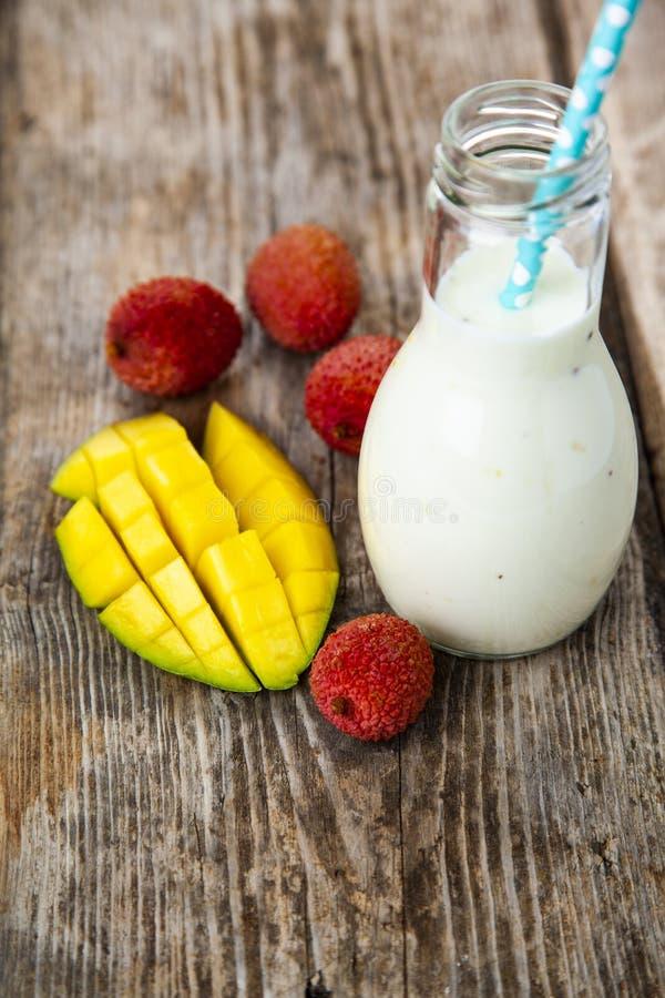 Smoothies med tropiska frukter royaltyfri fotografi