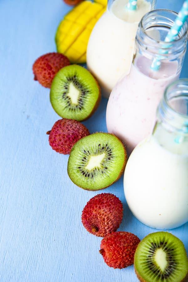 Smoothies med tropiska frukter arkivbild
