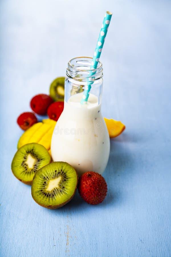 Smoothies med tropiska frukter arkivfoton