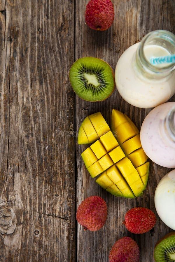 Smoothies med tropiska frukter royaltyfria foton