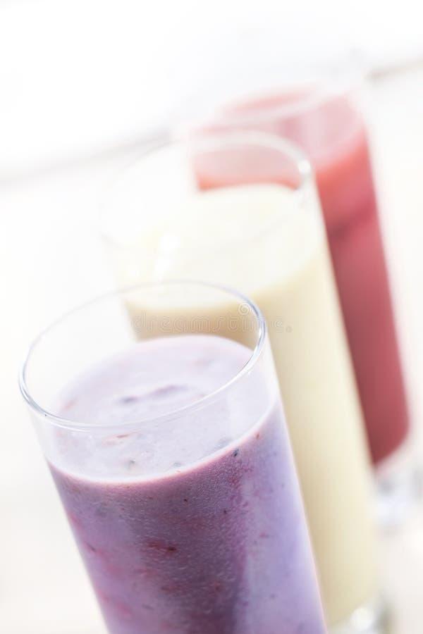 Smoothies ou milkshakes da fruta imagens de stock royalty free