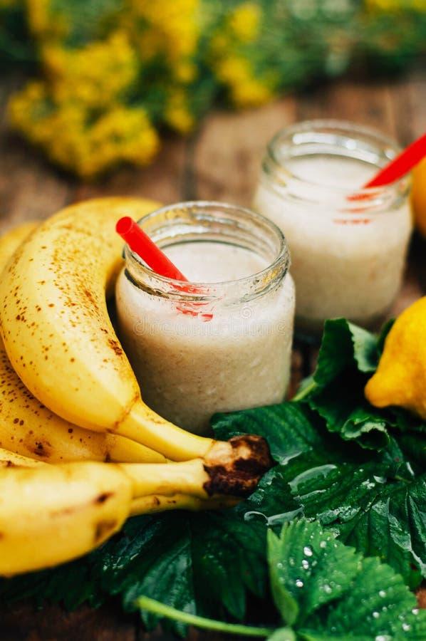 smoothies owocowe Bananowi smoothies z mlekiem Bananowy Smoothie na drewnianym stole Zdrowy śniadanie: bananowy smoothie z oatmea zdjęcie stock