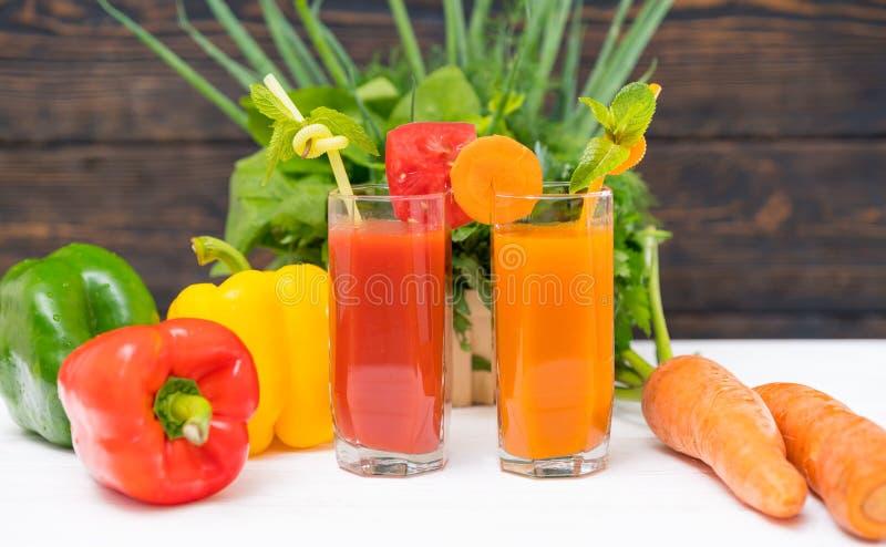 Smoothies sanos de las verduras frescas con las hierbas mezcladas fotografía de archivo libre de regalías