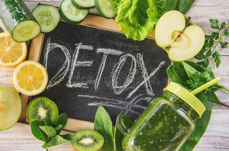 Smoothies verdes con las verduras y las frutas Día del Detox El adelgazar y excreción de la escoria Consumición sana imagen de archivo libre de regalías