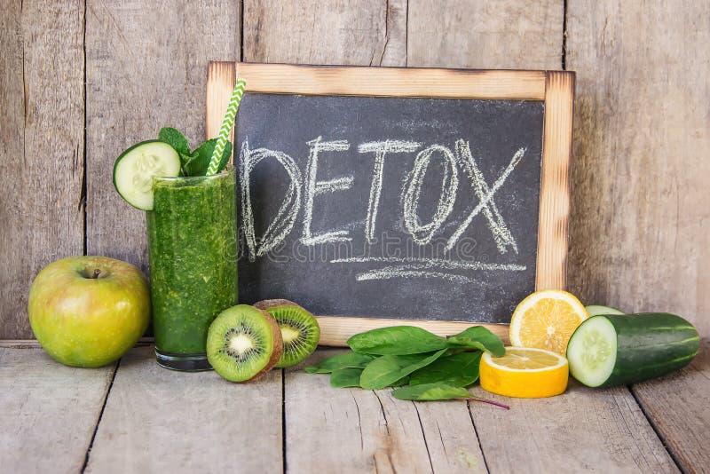 Smoothies verdes con las verduras y las frutas Día del Detox El adelgazar y excreción de la escoria Consumición sana imagen de archivo