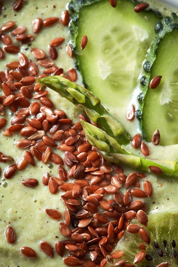 Smoothies verdes del superfood con las semillas de lino y la foto de la macro del pepino fotografía de archivo libre de regalías