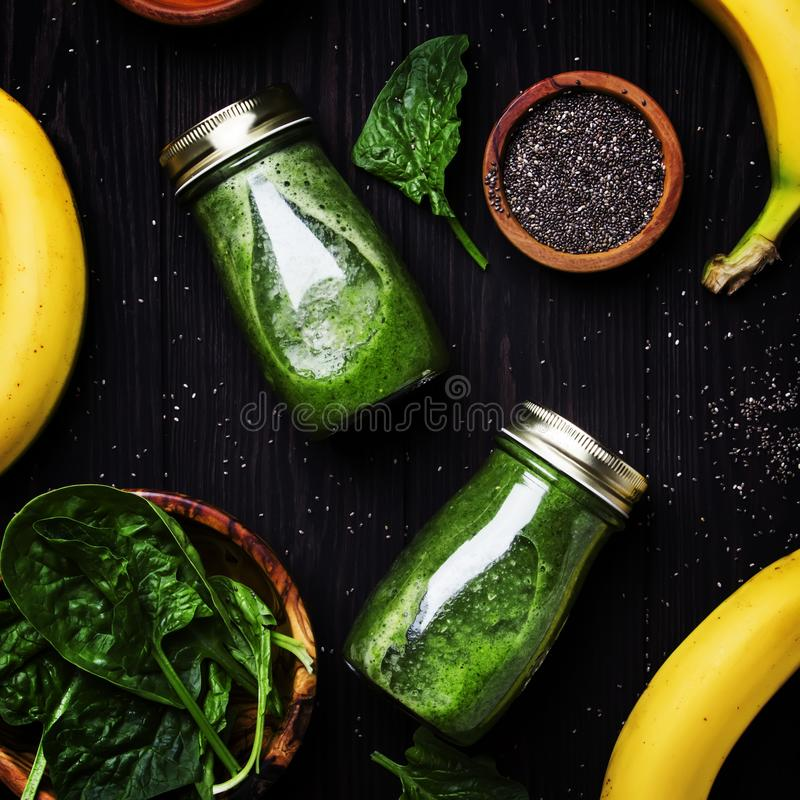 Smoothies verts avec des graines d'épinards, de banane et de chia dans le bot en verre image libre de droits