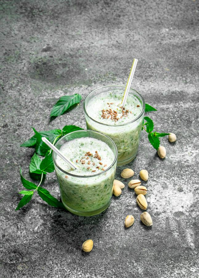 Smoothies z mennicą, pistacją i kokosowym mlekiem, zdjęcie royalty free