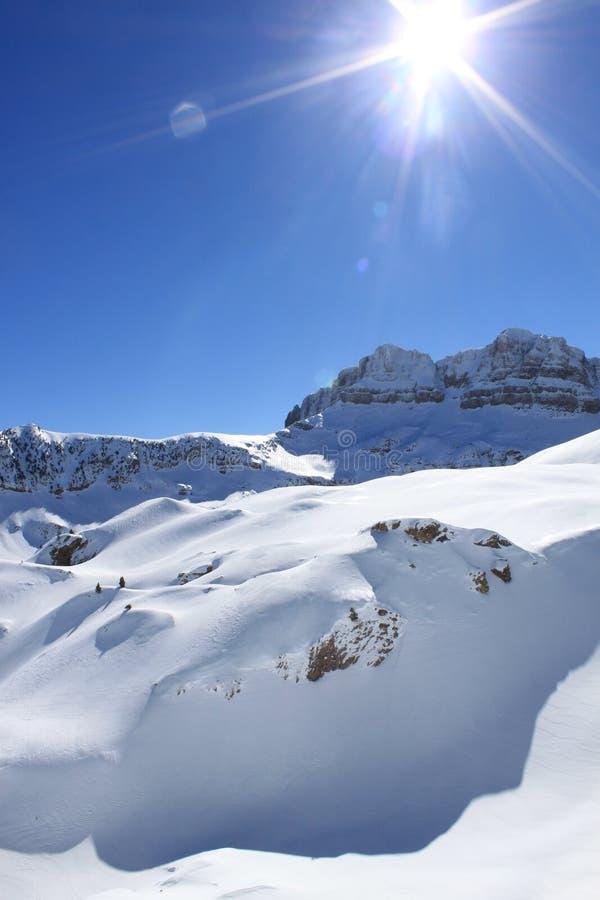 Smoothieschnee in den Bergen im Winter mit der Sonne stockbild