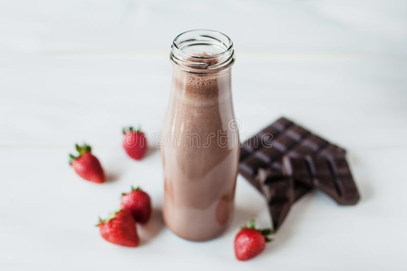 Smoothieschokolade mit Erdbeer- oder Milchshake-, natürlichem und organischemgetränk im Glasgefäß lizenzfreie stockfotografie