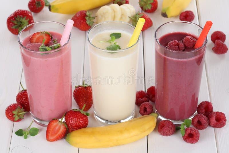 Smoothievruchtensap met vruchten zoals aardbeien, frambozen royalty-vrije stock afbeeldingen
