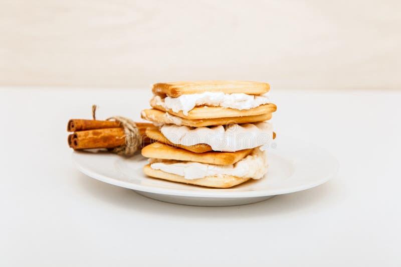 Smore - печенья, шоколад и зефиры - традиционный десерт - ручки циннамона стоковое фото