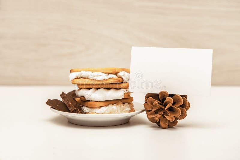 Smore -曲奇饼、巧克力和蛋白软糖-传统点心-卡片嘲笑 免版税库存照片