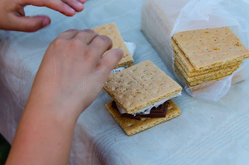 Smore, een heerlijk snoepje behandelt met geroosterde heemst, de cracker van Graham en chocolade stock fotografie