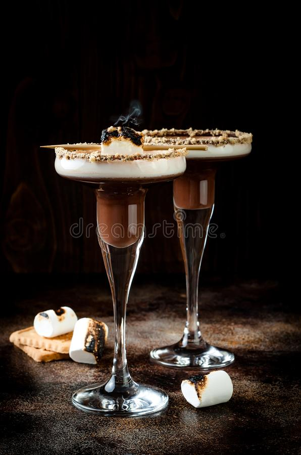 Smores tostados martini con el borde de la galleta del licor, de la crema, de la melcocha y de Graham del chocolate imagen de archivo