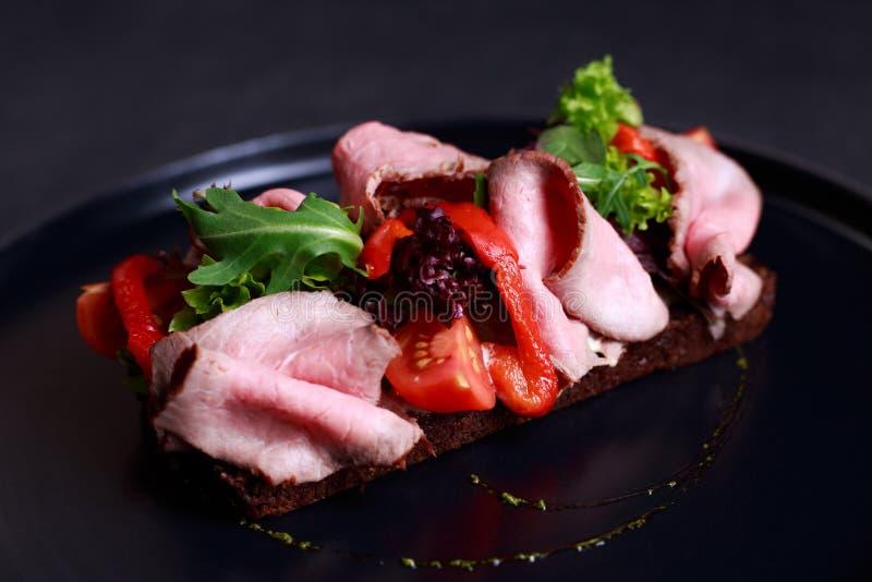 Smorrebrod danese tradizionale del panino aperto con arrosto di manzo e immagini stock libere da diritti