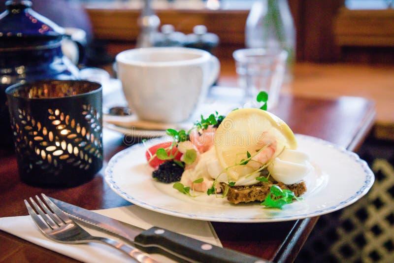 Smorrebrod danois traditionnel de sandwichs ouverts avec du pain de seigle foncé, la crevette, l'oeuf à la coque, le caviar noir, photographie stock