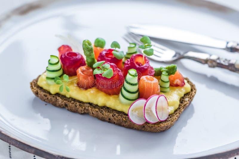 Smorrebrod dinamarquês com gravlax e omeleta no pão de centeio fotos de stock