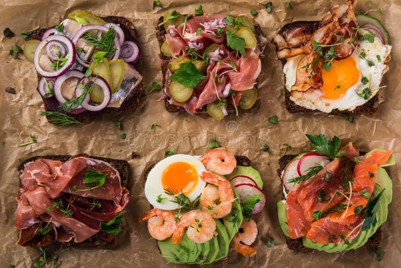 Smorrebrod, sanwiches aperti del Danese tradizionale, wi scuri del pane di segale fotografia stock libera da diritti
