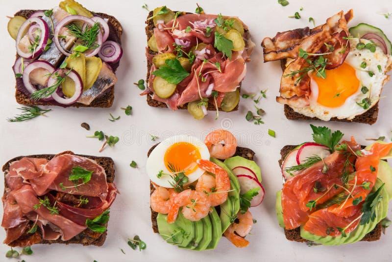 Smorrebrod, sanwiches aperti del Danese tradizionale, wi scuri del pane di segale fotografia stock