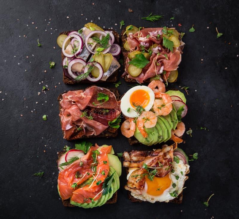 Smorrebrod, sanwiches aperti del Danese tradizionale, wi scuri del pane di segale immagine stock