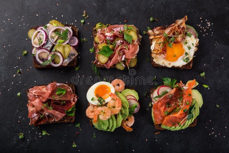 Smorrebrod, sanwiches ouverts du danois traditionnel, WI foncés de pain de seigle photographie stock