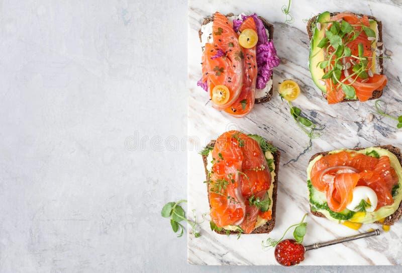 Smorrebrod z czerwieni ryba na żyto chlebie obraz royalty free