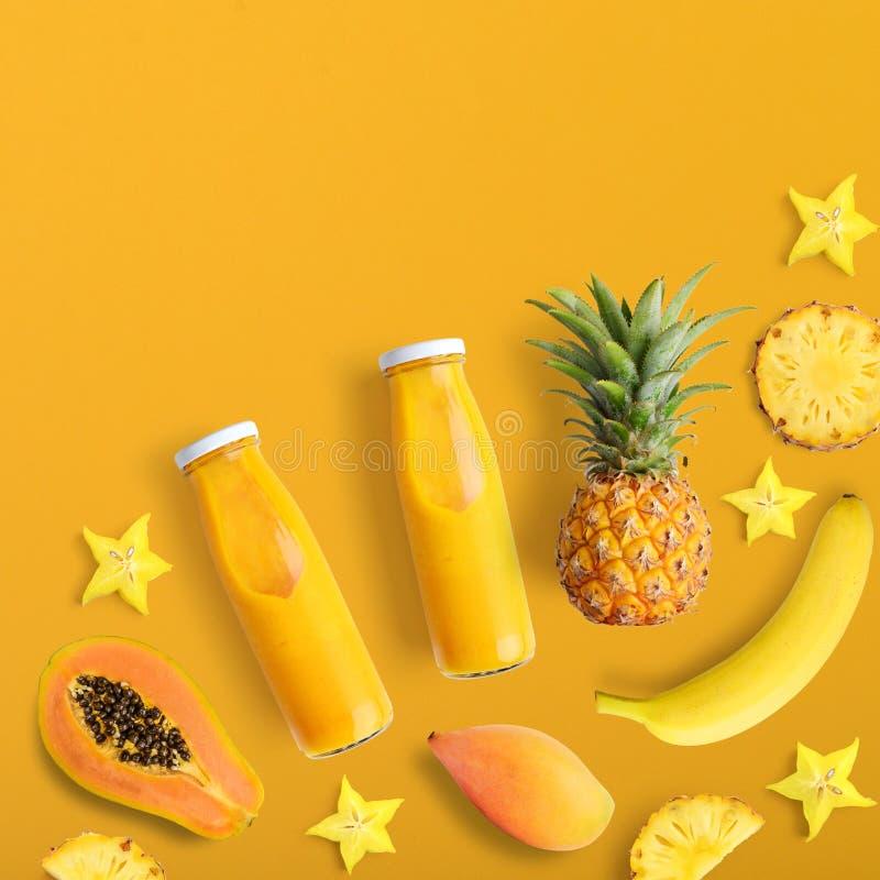 Smothies i flaskor med nya frukter arkivfoto