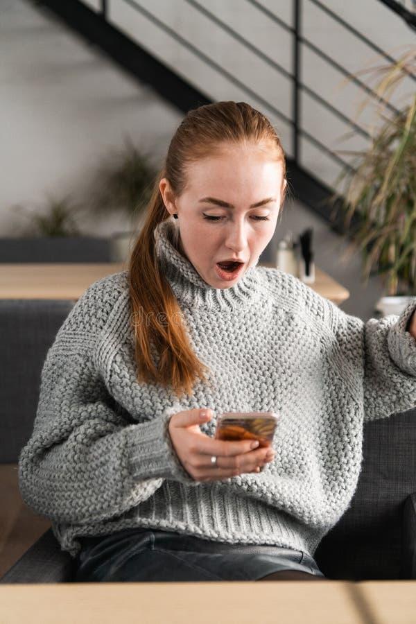 SMS Αστείο συγκλονισμένο ανήσυχο φοβησμένο νέο κορίτσι πορτρέτου κινηματογραφήσεων σε πρώτο πλάνο που εξετάζει το τηλέφωνο που βλ στοκ φωτογραφίες