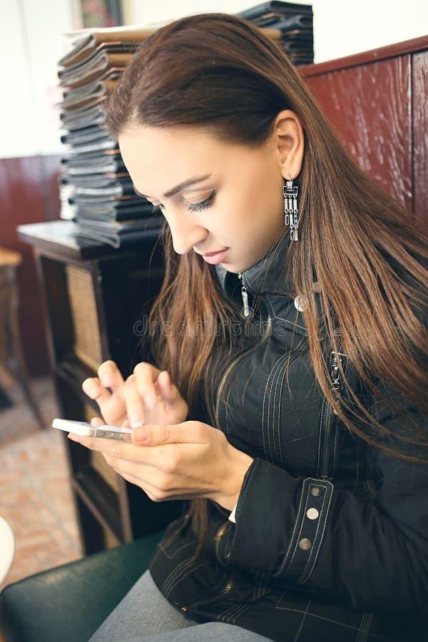 Sms чтения женщины стоковые фото