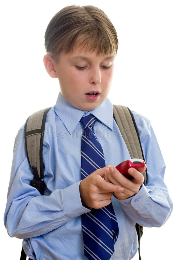 Sms da criança do menino de escola que texting imagem de stock royalty free